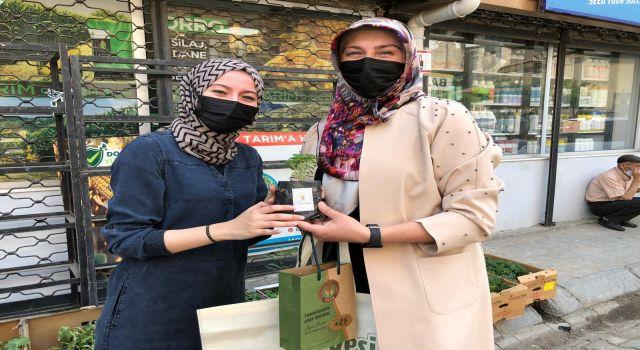 AK Parti Efeler Kadın Kolları Bez Çanta Ve Fide Dağıttı