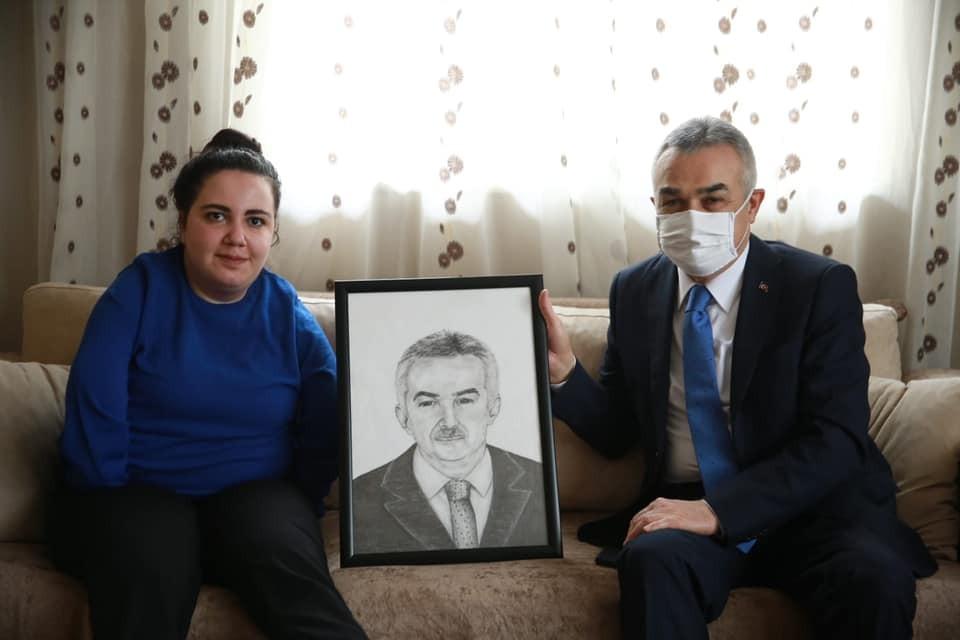 Ayağı ile çizdiği kara kalem portreyi Milletvekili Savaş'a hediye etti