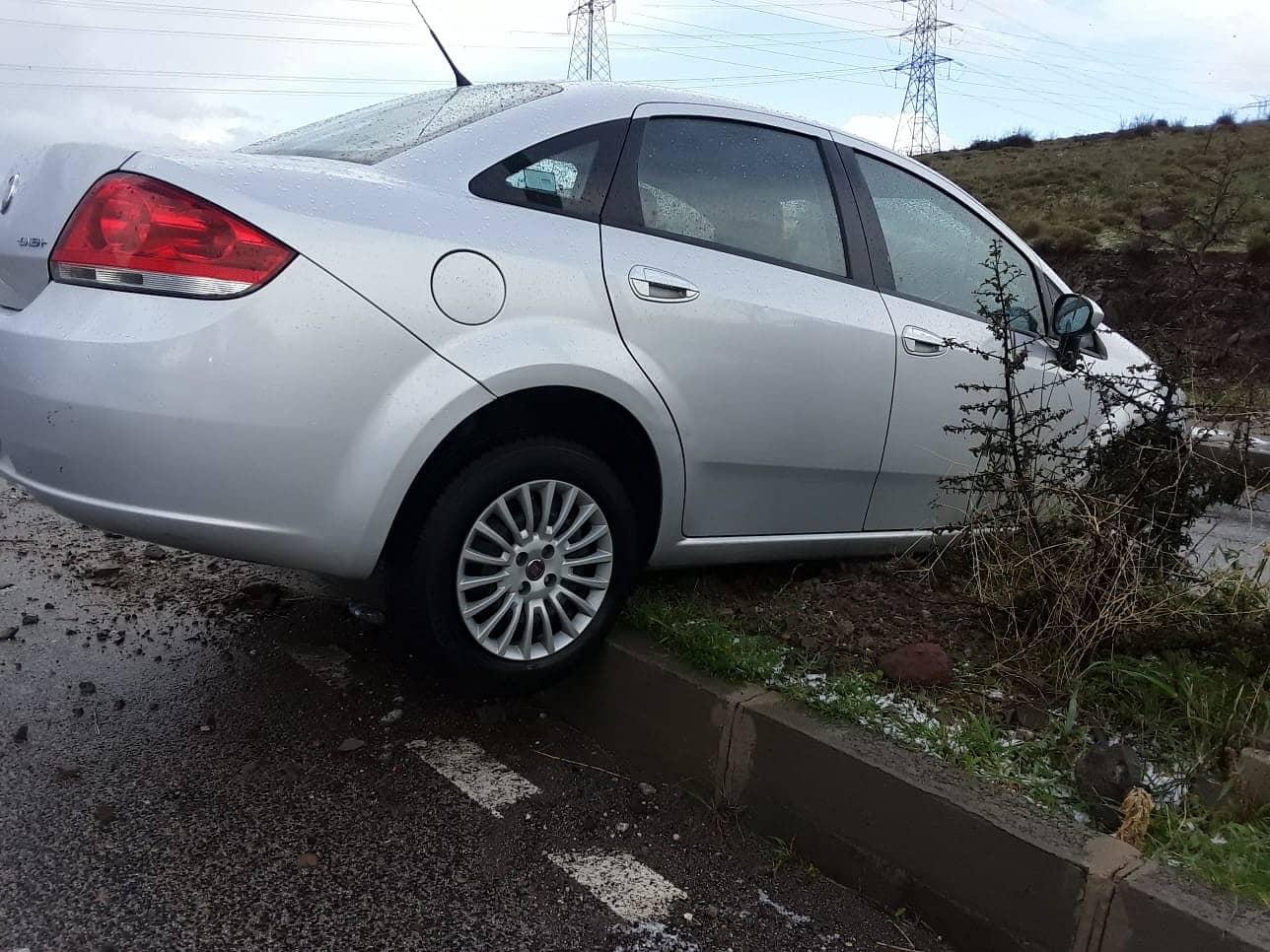 İzmir'de dolu yağışı yolları kayganlaştırdı, kazalar ardı ardına geldi